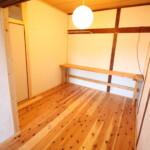 Room202 テーブルとハンガーラック【神戸シェアハウス和楽居グランブルー】
