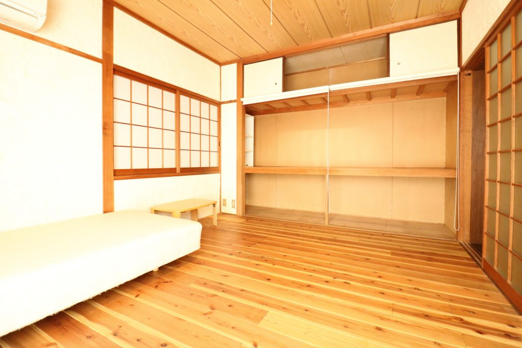 ベッドと押入れ (Room101)