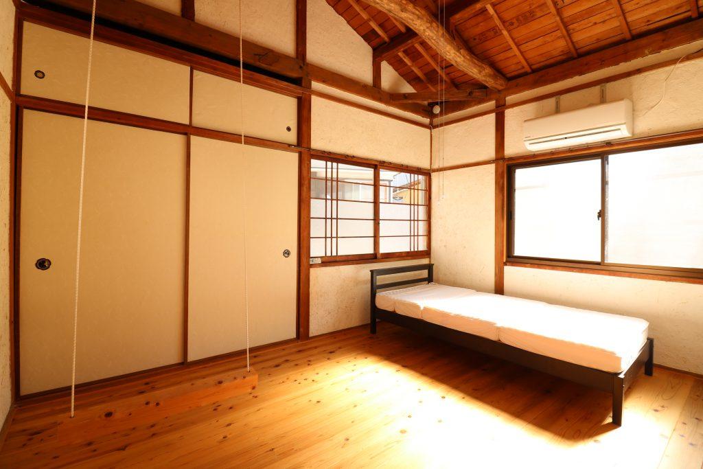 Room201 ベッドと南・東面の窓