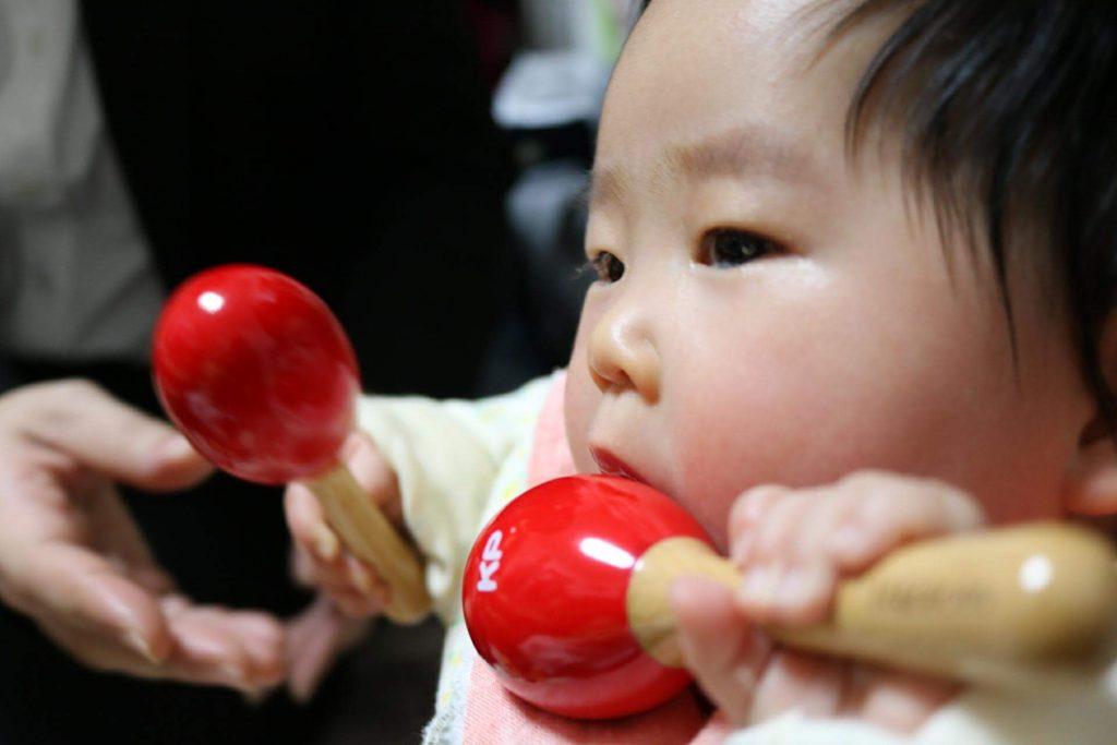 りんご飴ちゃうんやから、と突っ込みたくなるくらい食べようとする愛娘