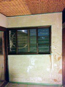 ビフォー(土壁に剥がれて凹んだ箇所あり)