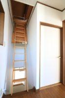 屋根裏部屋へのはしご