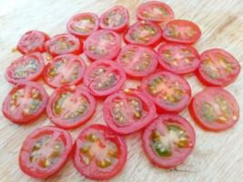 2.トマトを輪切りにする