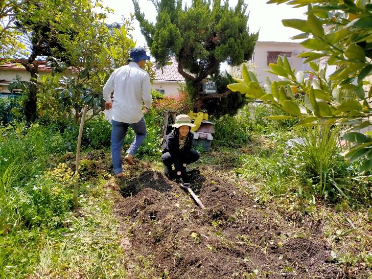 畝の方向とか幅を鍬(くわ)で測る